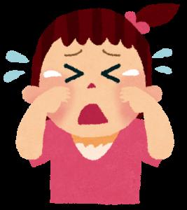 泣いている小さな子供